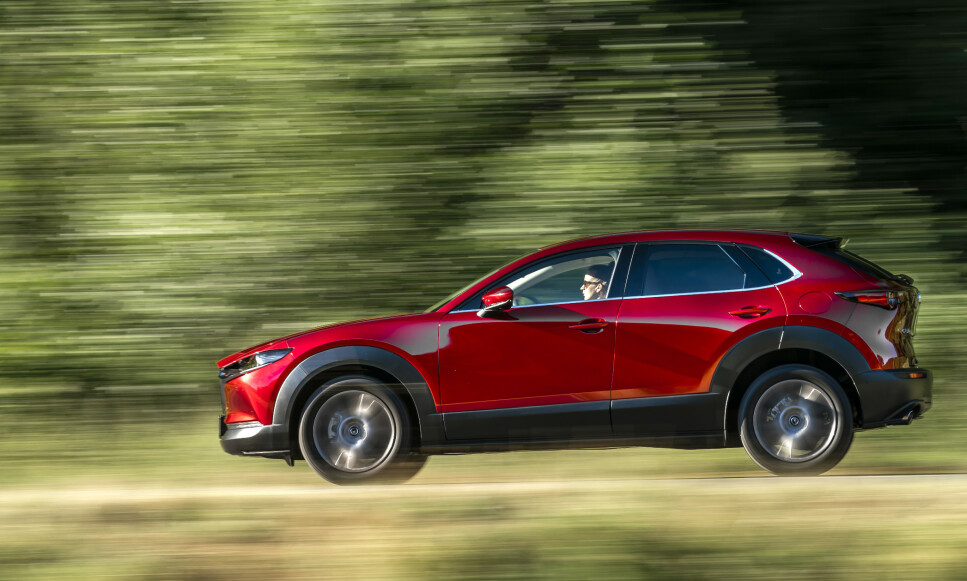MORSOMST I KLASSEN: Mazda CX-30 blir nå tilgjengelig for norske kunder, med den nye og revolusjonerende motorteknologien - og inspirerende kjøreegenskaper. Det til priser som etter vår mening er et meget godt kjøp i denne klassen. Foto: David L.F. Smith