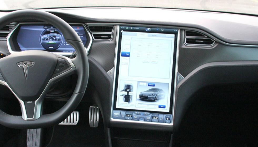 SOM SKAPT FOR UNDERHOLDNING: Tesla-skjermen skal snart kunne brukes til videostrømming. Foto: Knut Moberg