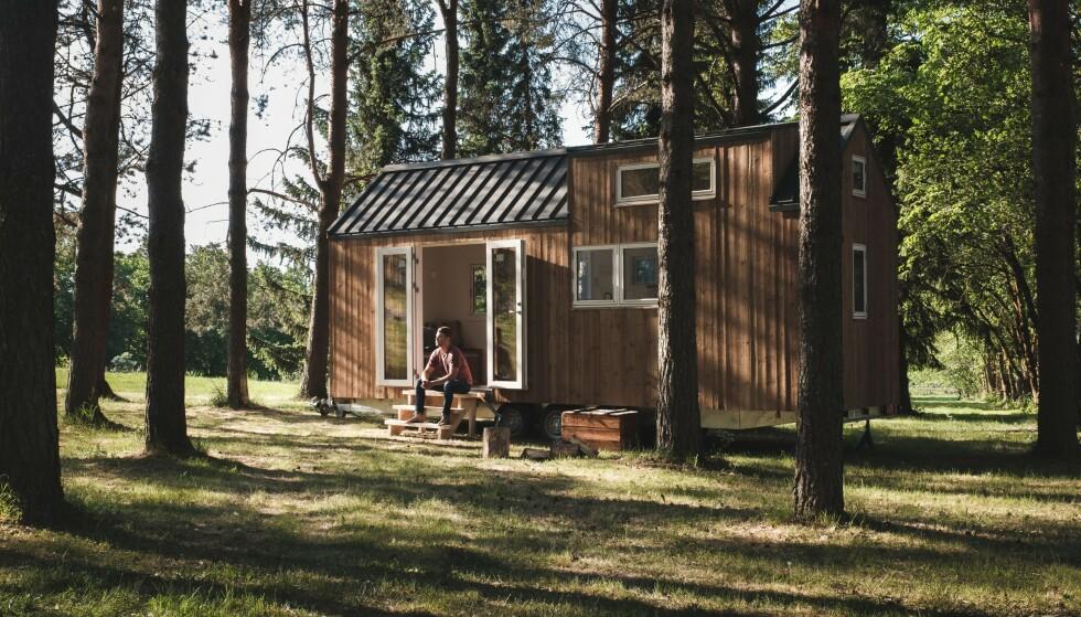 ET LITE HUS I SKOGEN: Drømmer du om å bo i skogen om høsten, i fjellet om vinteren og ved sjøen om sommeren. Et mikrohus på henger kan du flytte rundt på etter sesong, og det er ofte billigere enn en liten leilighet i byen. Foto: Aksel Jermstad.