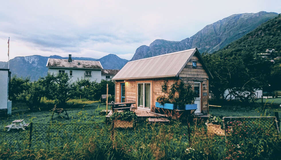 SELVBYGGET: I Aurland i Sogn og Fjordane står Gøran Johansens minihus i laft, et hus han har tegnet og bygget selv. Foto: privat.