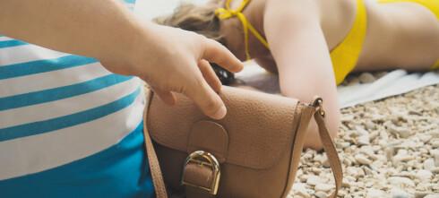 Rundlurte strandgjester med håndkle-triks