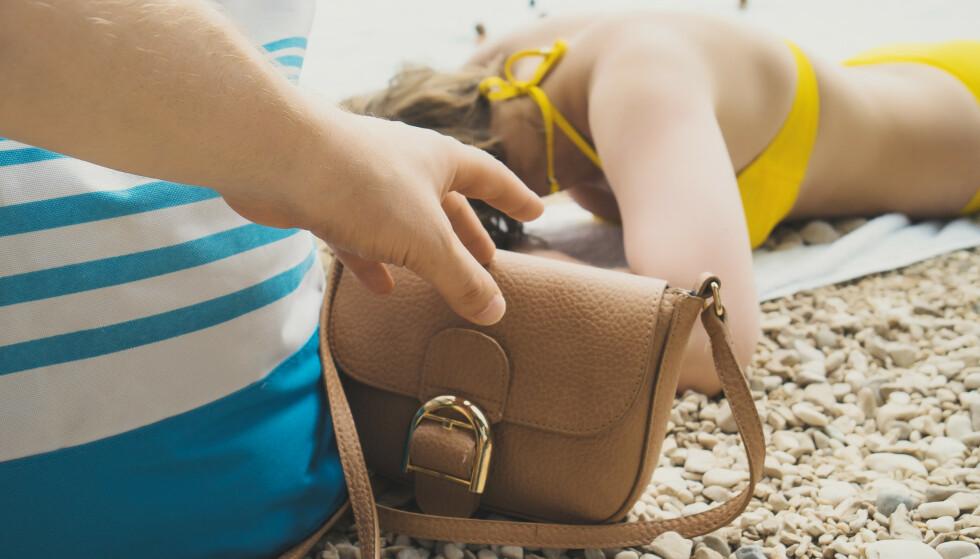 STRANDRØVERI I SPANIA: Europeiske reiseforsikring har blant annet fått innmeldt et tyveri fra to kvinner på ferie i Spania, som ble lurt av et håndkle-triks. Illustrasjonsfoto: Shutterstock/NTB Scanpix.