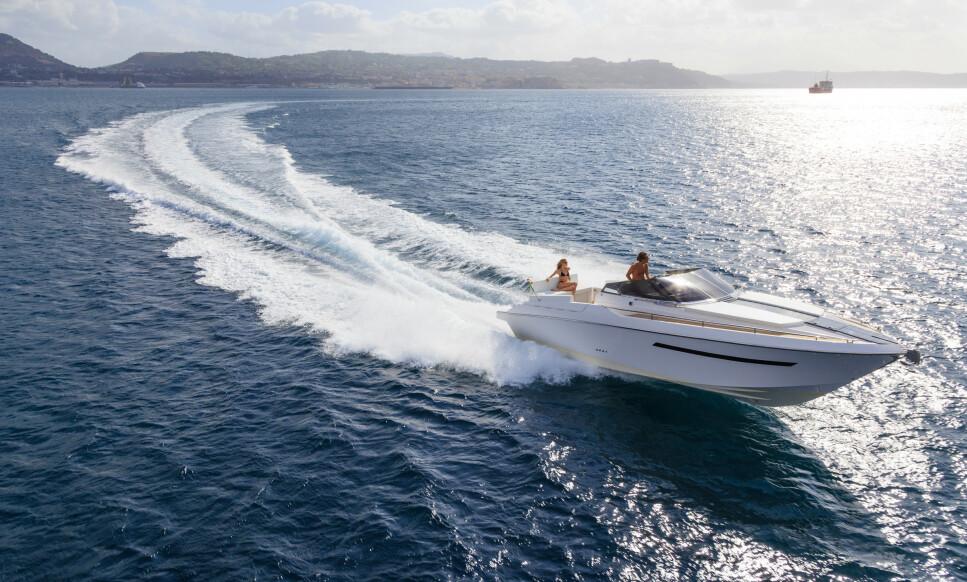 FERD TRYGT PÅ VANNET: Man vet aldri når ulykker eller uhell skjer, vær sikker på at du tar de nødvendige forholdsreglene for å ferdes trygt på havet dersom du skal bruke båt i sommer. Foto: NTB/Shutterstock.