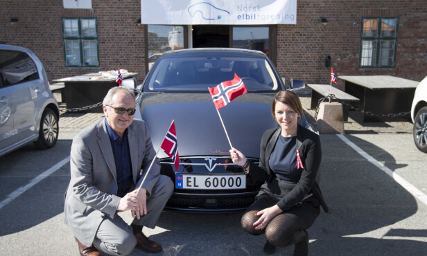 GAMMEL MORO: I april 2015 markerte Norsk elbilforening elbil nummer 50.000 i Drammen. Her er generalsekretær Christina Bu sammen med havnedirektør Einar Olsen sammen med nummerskilt EL 60000. Foto: NTB Scanpix