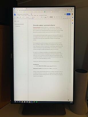 PERFEKT FOR DOKUMENTER: Takket være at skjermen står på høykant, kan vi redigere hele sider i dokumentet på en behagelig måte. Foto: Bjørn Eirik Loftås