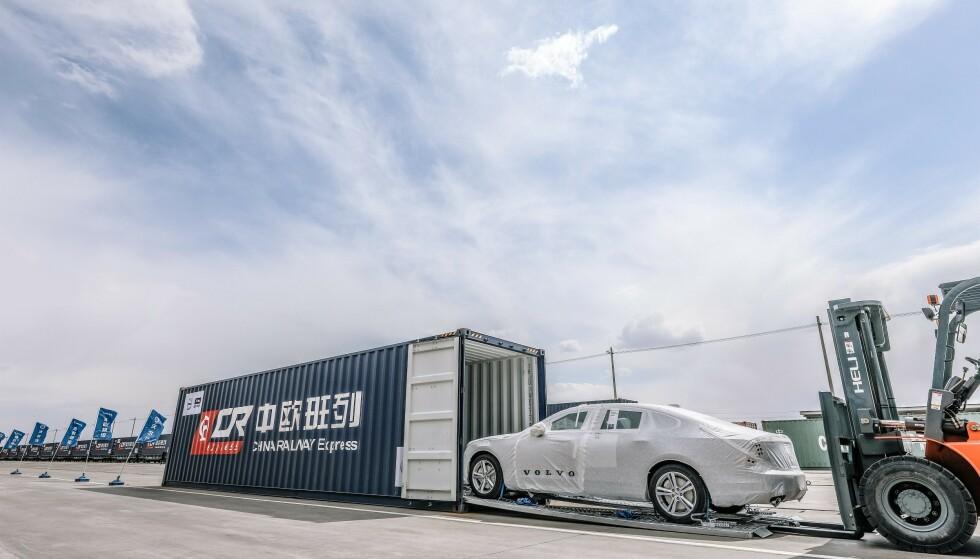 MILJØTRABNSPORT: Volvo har etablert en jernbanelinje fra Kina til Gent i Belgia. Her losset S90 og XC60 T8 inn for å sendes til Europa. Foto: Volvo Cars
