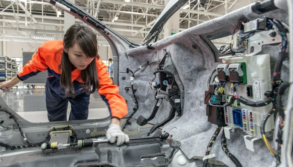 PRODUKSJON: Går du for en ny Volvo XC60 T8 nå, blir den bygd av kinesiske hender. Foto: Volvo Cars
