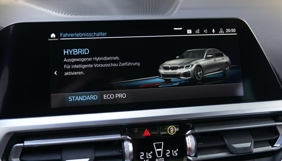 VELG SELV: I hybridmodus kan du la bilen tilpasse seg selv, eller du kan velge maksimalt økonomisk kjøring - på bekostning av en del kjøreglede. Foto: Daniel Kirchbauer