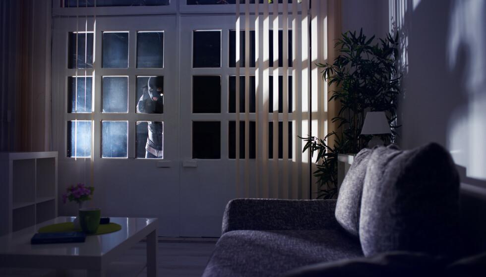 LEGG VEKK VERDISAKER: Det kan være lurt å rydde vekk alt av verdisaker du har liggende åpenlyst hjemme, slik at eventuelle tyver ikke skal bli fristet. Foto: NTB Shutterstock