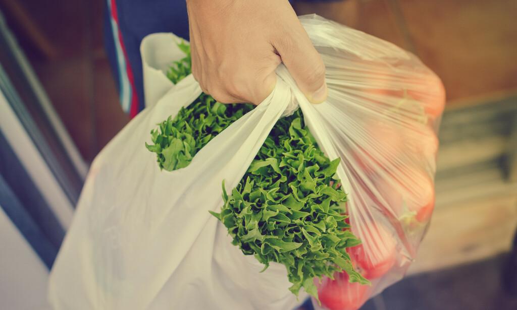 STORFORBRUKER: Nordmenn bruker ennå altfor mange plastposer, og det er viktig at dette kuttes ned på. Foto: NTB Shutterstock.