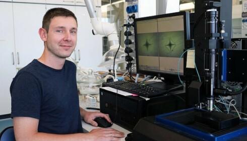 LEDER PROSJEKTET: Kacper Januchta ved Aalborg universitet, håper oppfinnelsen vil føre til mindre knuste glass i fremtiden. Foto: Aalborg universitet