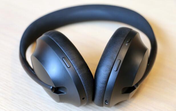 TRE KNAPPER: Knappen på venstre side styrer støyreduksjonen, mens av og på-knappen og assistent-knappen er på høyre side. Volum og navigasjon mellom sanger gjøres ved hjelp av en berøringsfølsom flate på høyre klokke. Foto: Pål Joakim Pollen