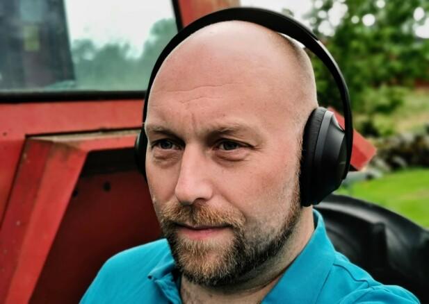 KOMFORTABLE: Bose' nye hodetelefoner med støydemping ligger komfortabelt mot øret, men er litt tyngre og presser noe sterkere enn sine forgjengere. Foto: Pål Joakim Pollen