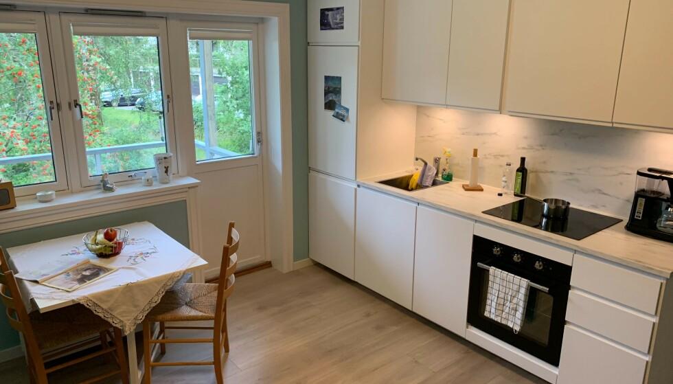 GAMMELT OG NYTT: Blokka er fra 1955, men leilligheten er nylig pusset opp. Veggene har fått ny farge, gulvet er nytt og det samme er kjøkkenet, blant annet. Slik oppussing er et godt utgangspunkt for å få ny verdivurdering, og det kan lønne seg å spørre flere meglere. Foto: Eilin Lindvoll.