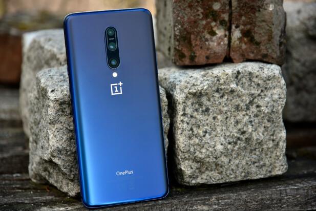 PEN: Med sin matte glassbakside er OnePlus 7 Pro en av de peneste telefonene på markedet. Foto: Pål Joakim Pollen