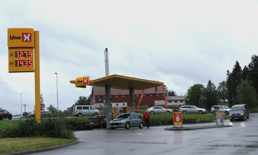 BILLIG DIESEL: Flere steder i landet, som her i Vormsund i Akershus, har bilistene stått i kø de siste dagene for å tanke billig bensin og diesel. Foto: Rune Korsvoll