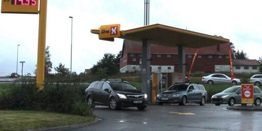 image: Kø ved pumpene for super-billig drivstoff