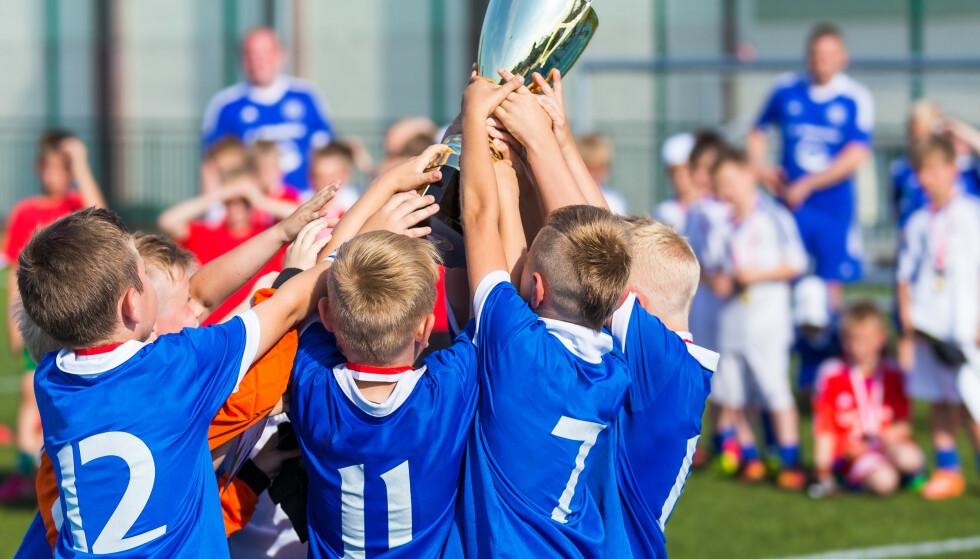 HAR IKKE RÅD: 27 prosent av barnefamilier i Norge sier de har latt være å delta på fritidsaktiviteter på grunn av høye kostnader. Tidligere pristester på Dinside viser at prisene for en vanlig barneidrett som fotball spriker enormt fra klubb til klubb. Foto: NTB scanpix