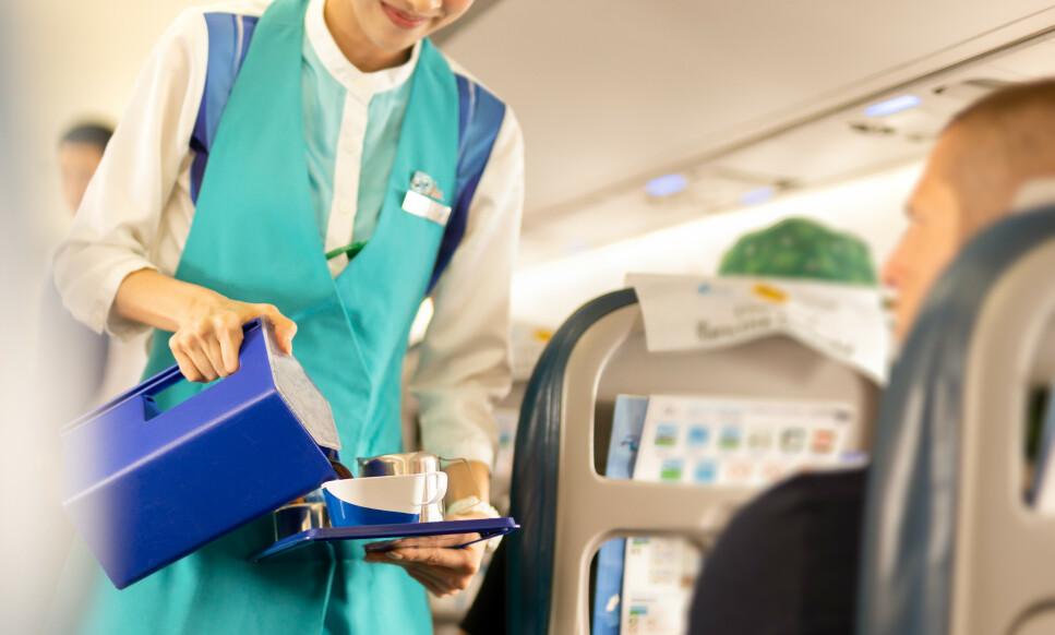 RABATT OM BORD: Har du med egen kopp, kan du få rabatt ved kjøp av varm drikke om bord hos flere flyselskaper. Foto: Shutterstock/NTB scanpix
