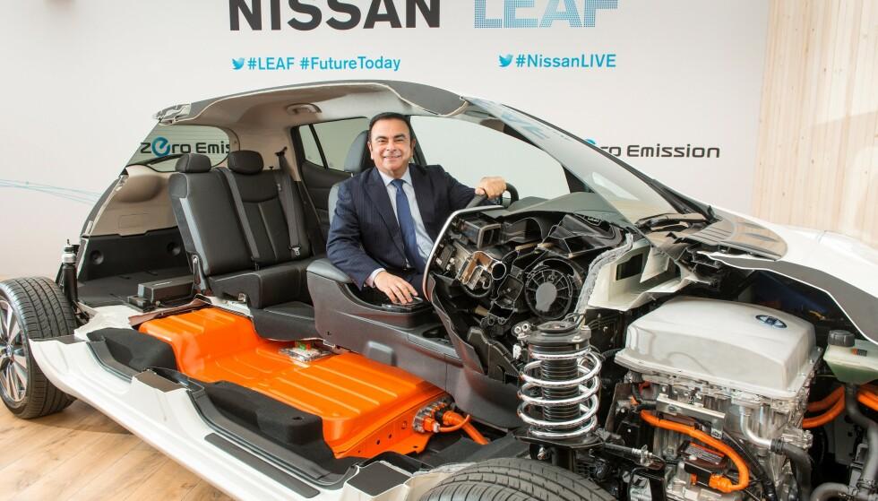 VARER LENGE: Analyser som Nissan har gjort av batteriene i 400.000 europeiske Nissan Leaf, viser at batteriet kan vare minst ti år lenger enn bilen. Her med tidligere Nissan-sjef Carlos Goshn, som var hjernen bak Nissans elbil-satsing. Foto: Nissan
