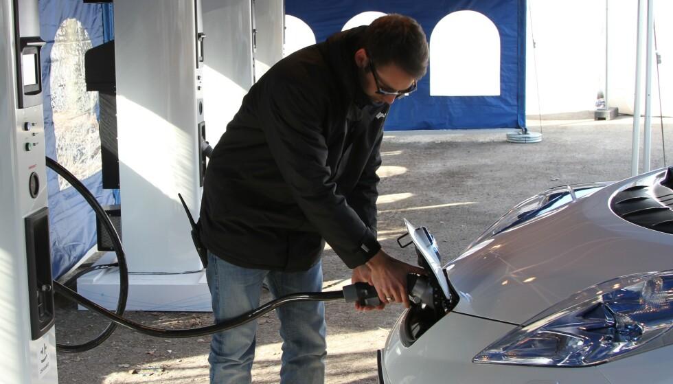 LADER UNDER 50%: Kunder av elbilen Nissan Leaf (64 kWt) får mindre enn 50 prosent av ladehastigheten de betaler for ved lynlading av bilen. Foto: Dinside