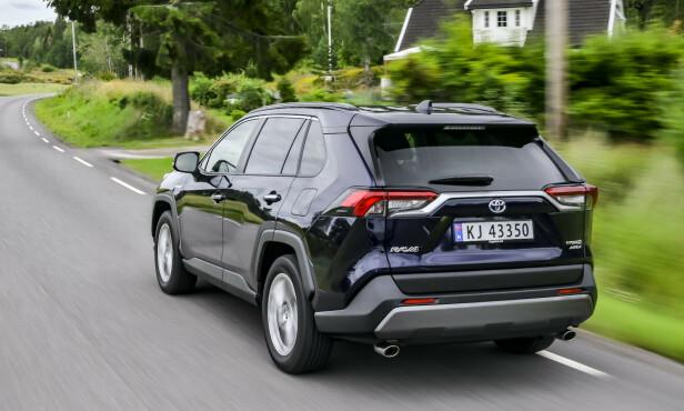 NORGESFAVORITT: Toyota selger veldig bra, selv om de ikke har hverken elbil eller ladbare hybrider. Nå som bestselgeren RAV4 i ny utgave er tilgjengelig med firehjulstrekk. Foto: Jamieson Pothecary