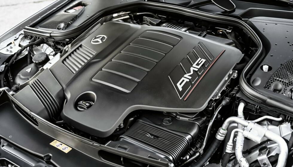 AVANSERT: Etter mange år med V6-motorer, er Mercedes tilbake med rekkeseksere, nå koblet sammen med lett hybrid-teknologi. I GT føles den ikke sportslig nok. Foto: Rune M. Nesheim