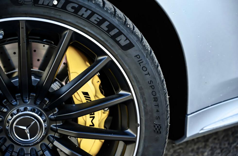 SVÆRE: Du kan få like bra bremser som på monsteret 63 S. Vi snakker fortsatt om slissede og borede ståskiver. Foto: Rune M. Nesheim