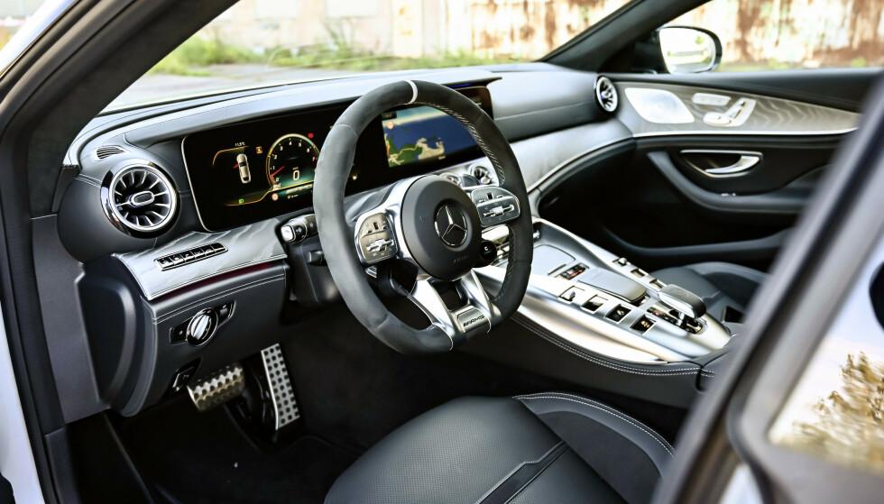 ELEGANSE: Interiøret er en miks av ordinære Mercedeser og AMG GT. Midtkonsollen med girspaken kommer fra sistnevnte. Foto: Rune M. Nesheim