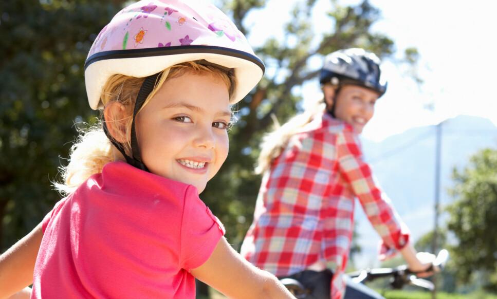 NASJONAL ANBEFALING: I Norge anbefaler man at barn tar av seg hjelmen under lek, mens svenskene går ut med en nasjonal anbefaling om bruk av hjelm med grønn spenne. Foto: Shutterstock/NTB scanpix