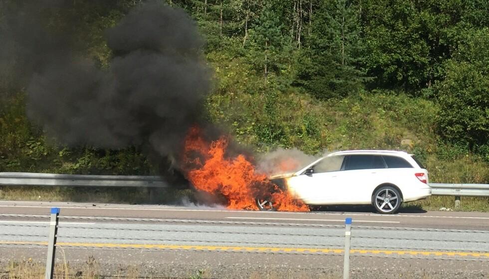 DRAMATISK: Det er svært dramatisk når en bil begynner å brenne under kjøring, slik som her på E6 utenfor Oslo forrige uke. Foto: Rune Korsvoll