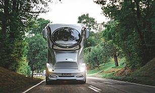 FUTURISK: Frontruta er formet som et stort co-øye. Du virker til side når du møter denne på smale vestlandsveier... Foto: Marchi Mobile