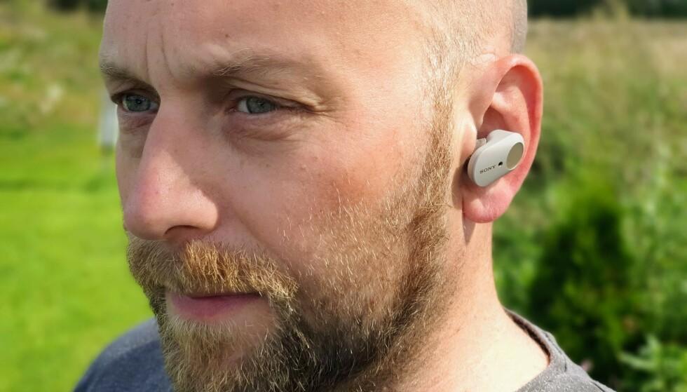 SITTER GODT: Selv om de veier dobbelt så mye som Airpods, har Sony WF-1000XM3 godt feste i øret. Foto: Pål Joakim Pollen