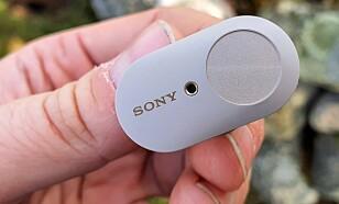 BERØRINGSFØLSOM: Hver ørepropp har en kapasitiv knapp som kan brukes for å styre musikkavspilling, støyreduksjon eller stemmeassistent, men kan ikke regulere volumet. Foto: Pål Joakim Pollen