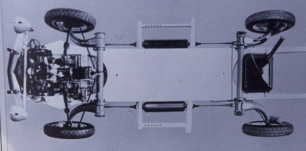 <strong>LETT PLATFORMRAMME:</strong> Spiralfjærer montert horisontalt midt på ramma med sammenheng mellom for- og bakhjul. Ingen bil, hverken før eller senere, har hatt noe slikt. Tosylindret, luftkjølt boksermotor med aluminiumsblokk. Selvsagt forhjulsdrift. Foto: Citroën