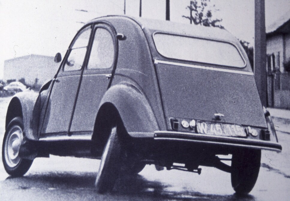 <strong>FORSTILLING OGSÅ BAK:</strong> Kjørelæreren kunne lære bort glattkjøring på tørrmark. Foto: Citroën