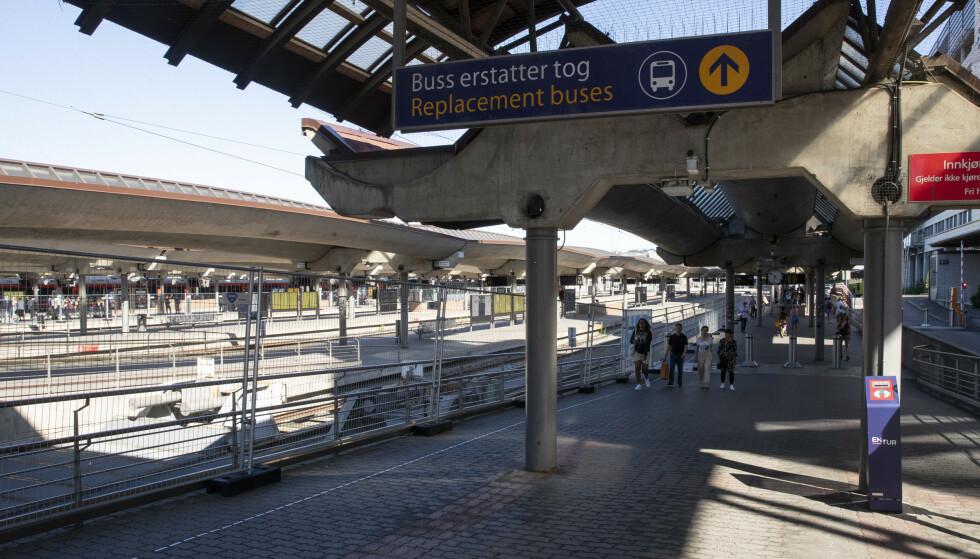 GÅR IKKE PÅ SKINNER: På flere togstrekninger måtte de reisende ta buss for tog mens arbeidet med oppgradering av jernbanen ble gjort om sommeren. Nå er det likevel mange innstilte tog etter at togene skulle gått som normalt igjen. Foto: Terje Bendiksby/NTB scanpix.