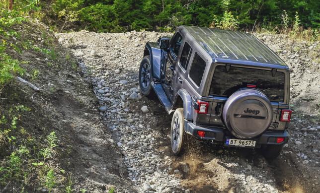 RØFF: Sterk motor og gjennomprøvde gammeldagse løsninger funker fortsatt bra der det ikke lenger finnes vei. Foto: Jamieson Pothecary