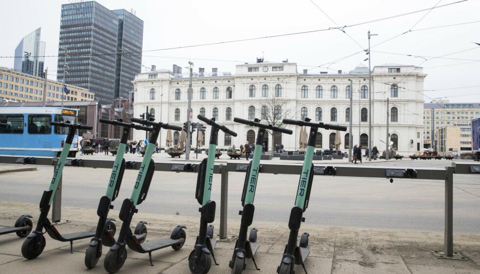 SPARKESYKKEL FOR TRIKK?: Går det raskere med elsparkesykkel enn trikk til din destinasjon, kan du snart bruke månedskortet ditt hos Ruter til å leie elsparkesykler fra Tier. Foto: Terje Pedersen/NTB Scanpix.