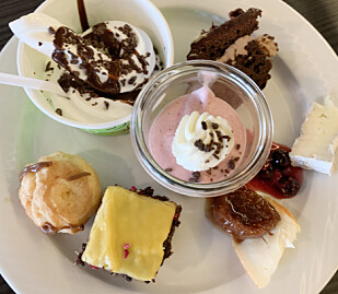 Forskjellige desserter, deriblant softis. Foto: Berit B. Njarga