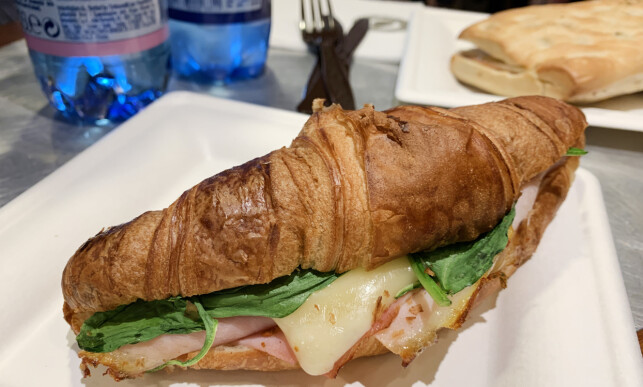 Croissant med kalkun og ost. Foto: Kristin Sørdal