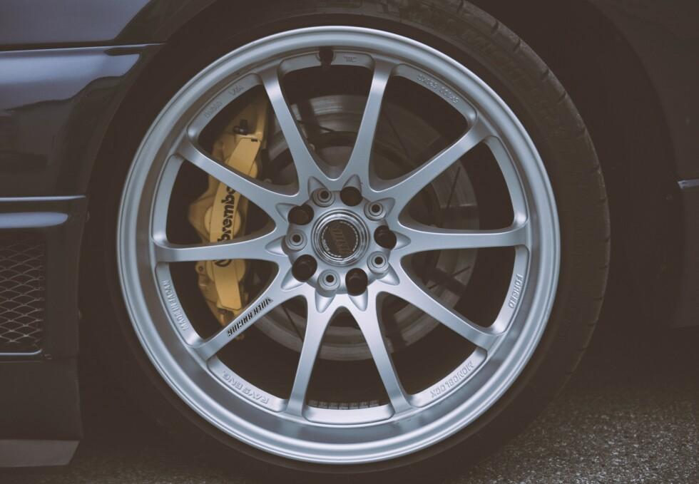 FELGENE: Volk CE28n i 10x19,5 tommer. Bremsene er Bremboi 6-stempla calipere med 355 millimeters flytende skiver foran. Bak er det Brembo 4-stempla med 345 millimeters flytende skiver. Foto: Kaj Alver