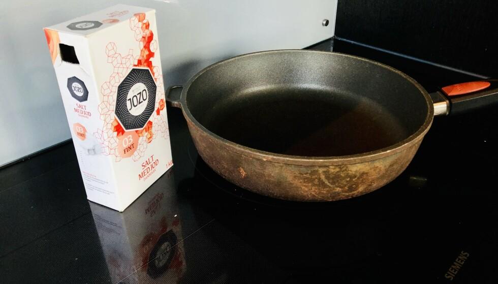 SLUKKE BRANN: Om det begynner å brenne i stekepanna under matlaging, kan det lønne seg å ha bordsaltet i nærheten. I artikkelen under forklarer kjemikeren hvorfor. Foto: Linn Merete Rognø.