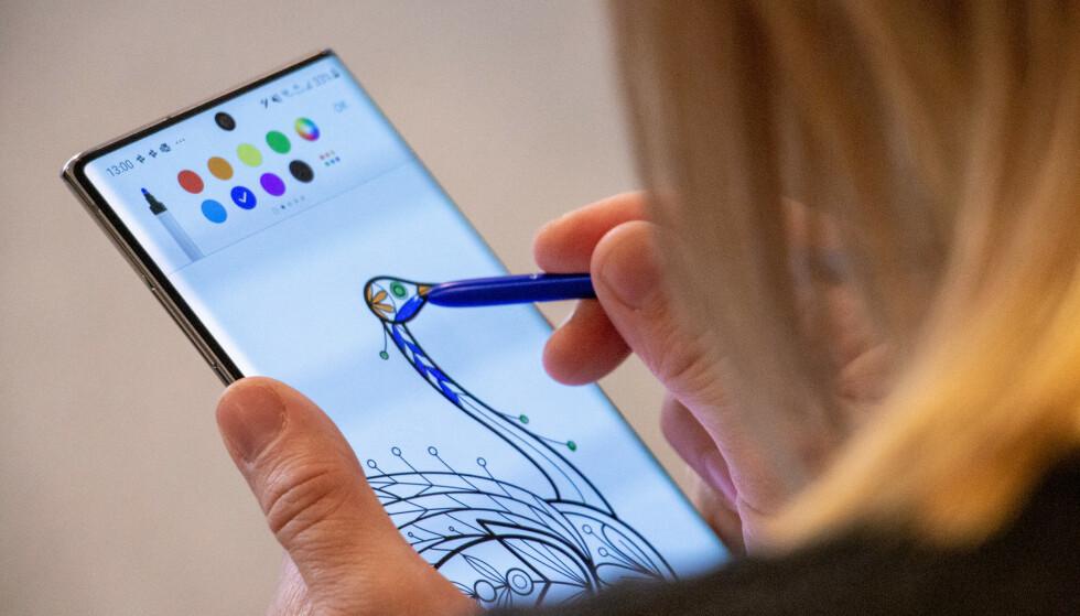 MED PENN: Samsungs toppmodell, Note 10+, har fått en splitter ny penn som har lært seg flere nye triks. Foto: Pål Joakim Pollen