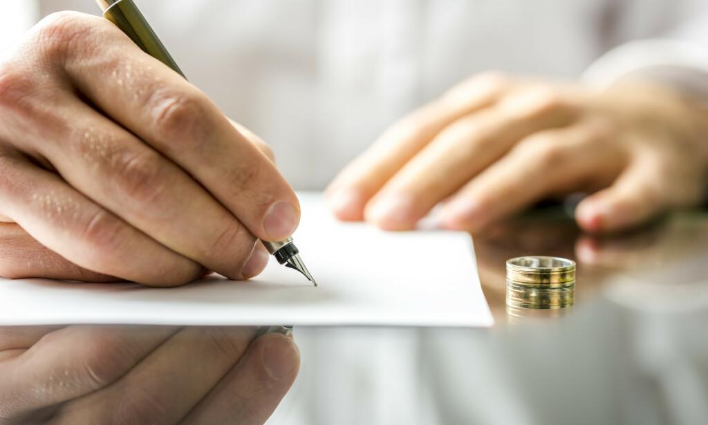 IKKE BARE, BARE: Det er ikke kun en signatur på et papir som skal til for at skilsmissen skal trå i kraft, men det er en hel del andre praktiske ting som skal ordnes, og det er lett å la følelsene ta over. Foto: Shutterstock/NTB Scanpix.