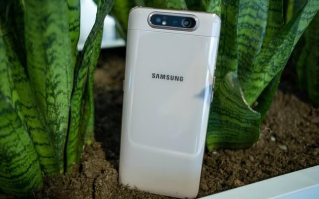 Samsung Galaxy A80 veier hele 220 gram. Det høres kanskje ikke så mye ut, men på en smarttelefon merker du den ekstra vekten ganske fort. Foto: Martin Kynningsrud Størbu