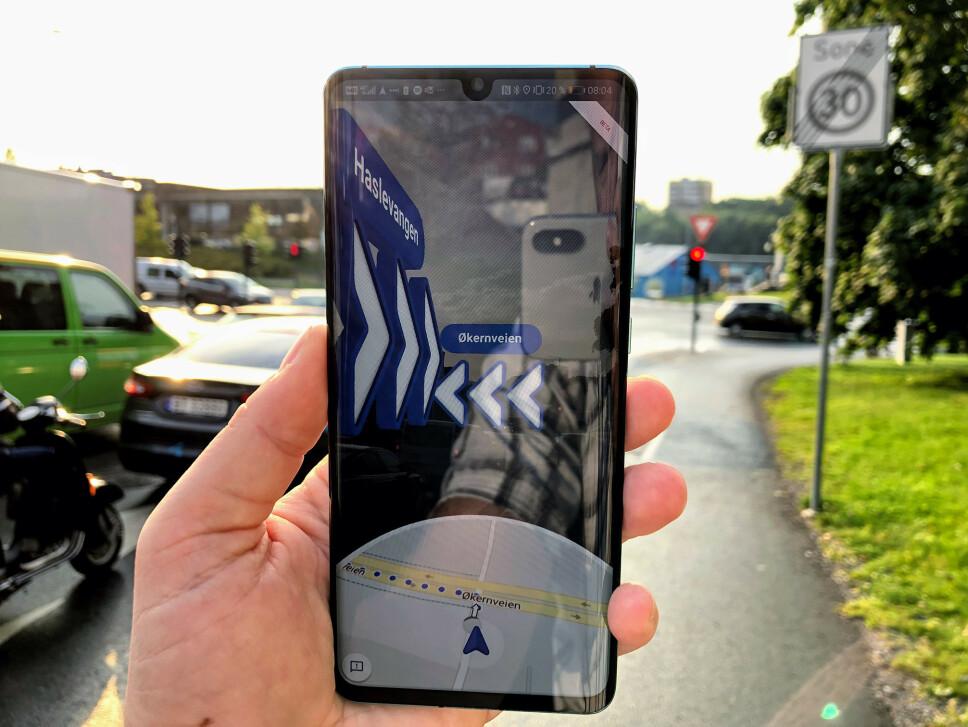 RETT PÅ OMVERDENEN: Det var litt leit lys å ta bilde i på morgenkvisten, men disse pilene vises over bildet fra kameraet når du navigerer med den nye «live view»-funksjonen fra Google. Foto: Pål Joakim Pollen