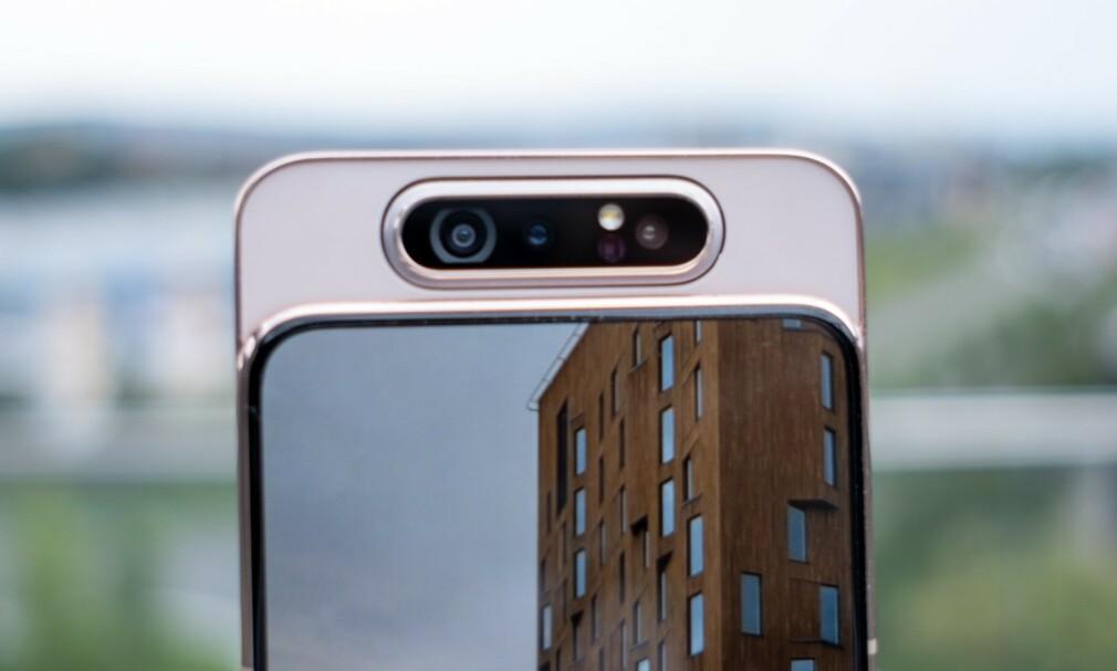 SPESIELL KAMERALØSNING: Galaxy A80 har et motorisert kamera som skyves opp og roteres 180 grader. Foto: Martin Kynningsrud Størbu