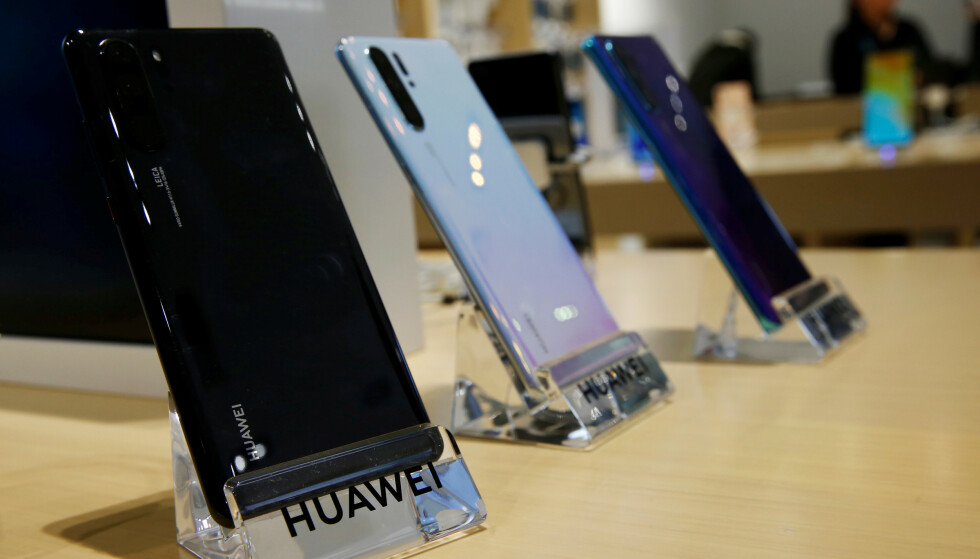 <strong>SYNKER:</strong> Nordmenn kjøpte 11 prosent færre telefoner første halvår i år sammenlignet med i fjor. Dyrere telefoner og uro i markedet, spesielt med tanke på Huawei, kan være noe av forklaringen. Foto: Rodrigo Garrido / Reuters / NTB Scanpix