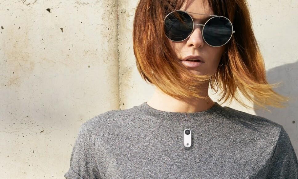 HENGER FAST: Ved hjelp av en magnet i et halskjede, kan Insta360 Go enkelt henges på skjorta. Foto: Insta360